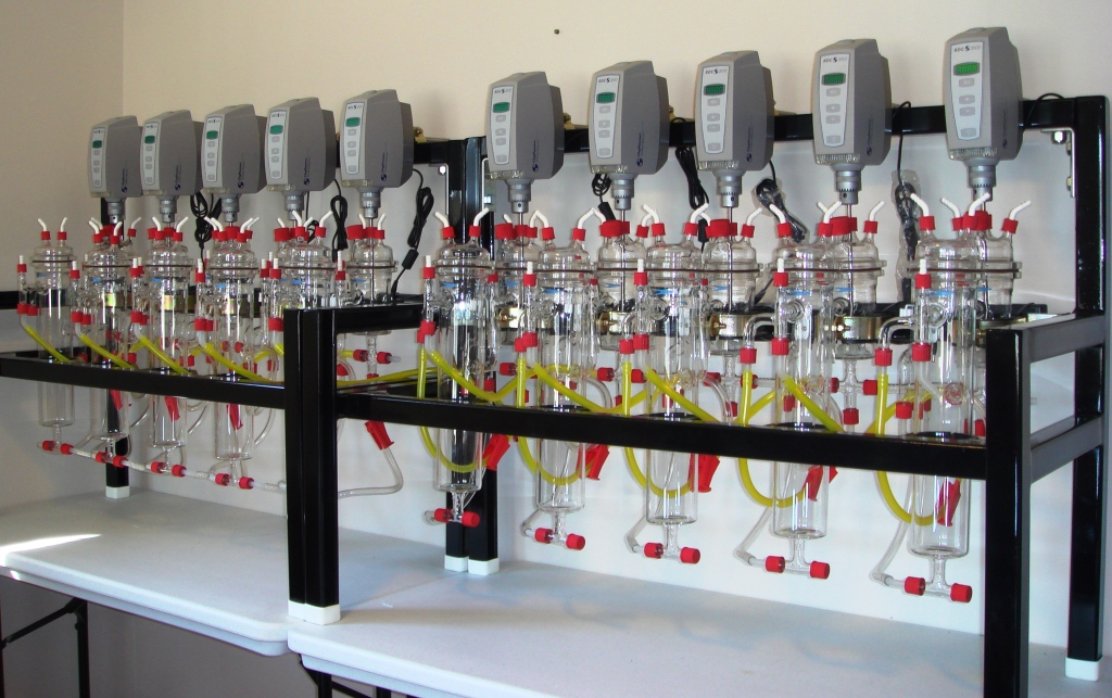 Laboratory solvent extraction pilot plant with 10 stages.
